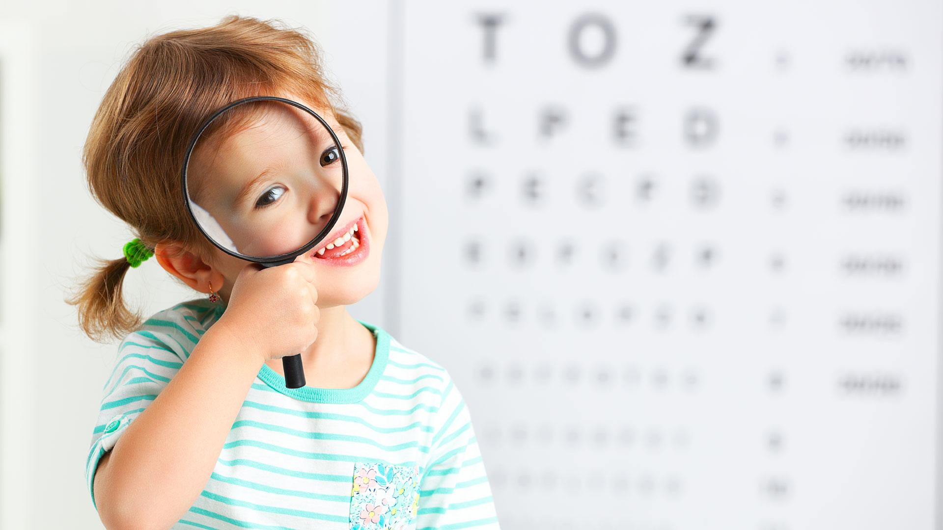 Criança exame oftalmológico