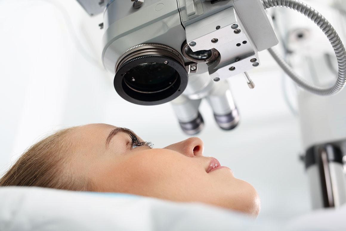Paciente posicionada para cirurgia oftalmologica