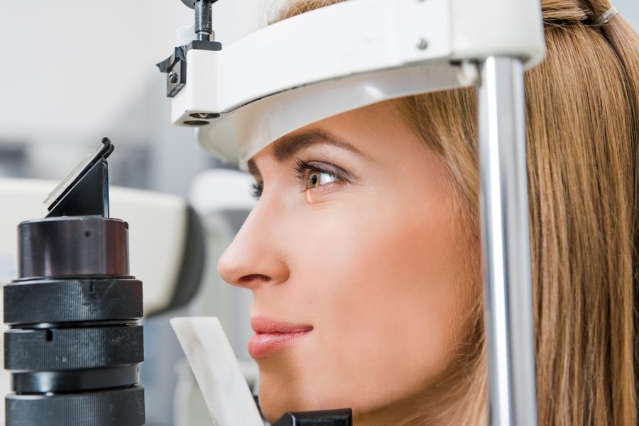 Exame da córnea de uma paciente