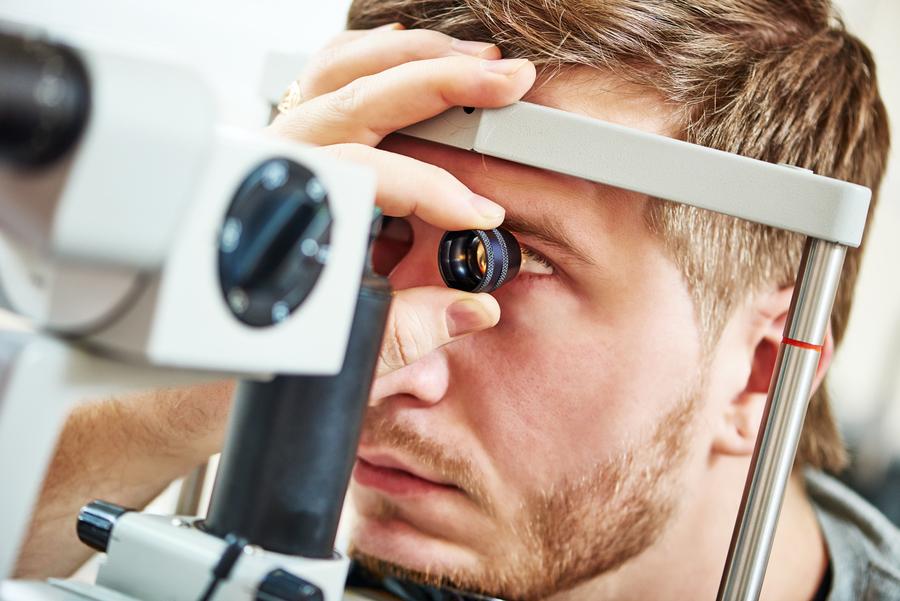 Exame de fundo de olho em paciente com glaucoma