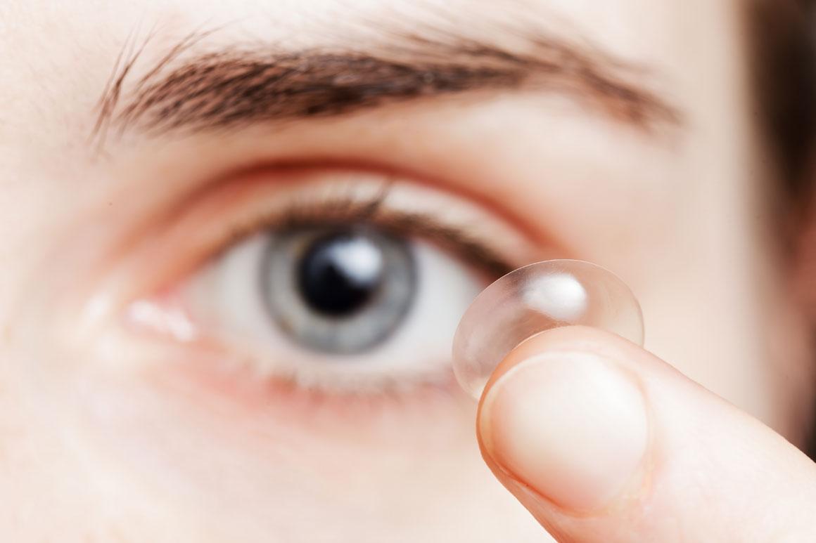 Paciente colocando as lentes de contato