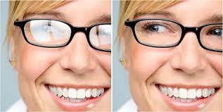 a mesma moça usando um óculos com lentes sem anti-reflexo à esquerda e com anti-reflexo à direita