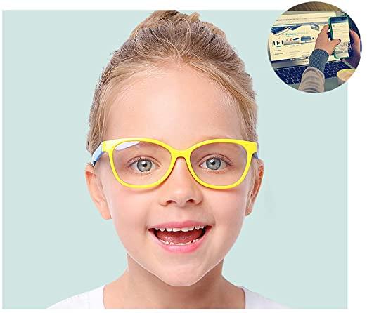 Menina sorridente usando óculos infantis de silicone